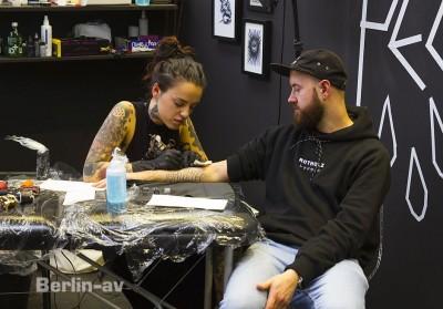 """Tattoos beherrschen das Bild auf der Bright, auch ein Tattoostudio war vertreten: """"Pechschwarz"""" aus Berlin"""