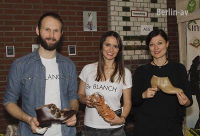 Designerin Mireia Blanch mit einigen Schuhmodellen auf der VeggieWorld in Berlin