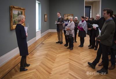 Direktorin Dr. Ortrud Westheider führt Journalisten durch die Ausstellung
