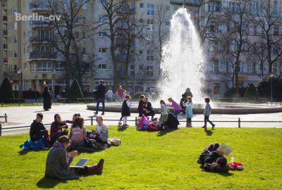 Die Berliner Brunnensaison ist eröffnet. Wie hier auf dem Viktoria Luise Platz in Schöneberg
