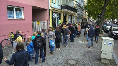 Riesenandrang bei der Eröffnung von Attila Hildmanns Snackbar in Berlin -Charlottenburg