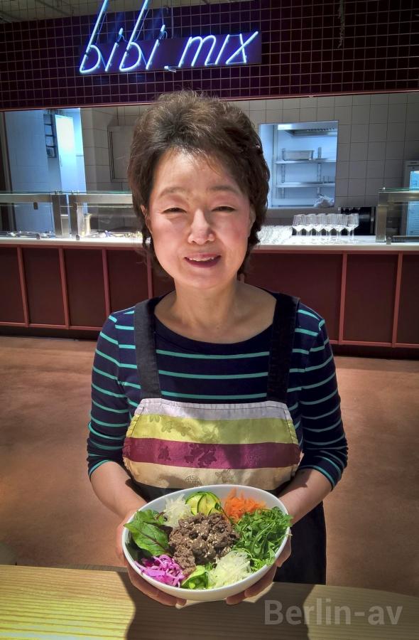Inhee Chu-Mauer von Bibi mix präsentiert ein typisch koreanisches Gericht - Kantini Foodmarket