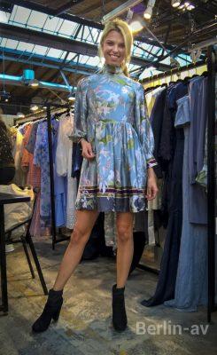 Kleid von By Malina aus Schweden. Präsentiert vom schwedischen Model Linnea Berzen