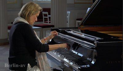 Anika Vavic spielt am Steinway-Flügel im Beethovensaal des Berliner Konzerthauses