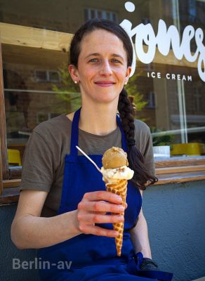 Gabrielle Jones vor ihrem Eisladen in der Schöneberger Goltzstrasse 3
