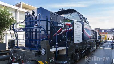 DE 18 Lok von Vossloh, der 1800-kWh-Dieselmotor wurde um ein 150-kWh Batteriepack ergänzt.