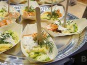 Leckerer Lachs in der Halle von Partnerland Finnland
