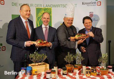 Auftaktfoto zur Grünen Woche 2020: v.l.n.r.: Joachim Rukwied, Präsident des Deutschen Bauernverbandes, Dr. Christian Göke, Messe Berlin, und Christoph Minhoff, Hauptgeschäftsführer der BVE