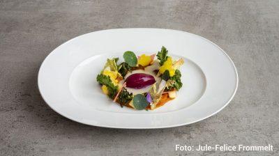 """Obst und Gemüse """"RAW"""" mit Rotkohl Spoom und Topinambur-Traubenkernöl Vinaigrette Restaurant DUKE Foto: Jule-Felice Frommelt - Berlin kulinarisch"""
